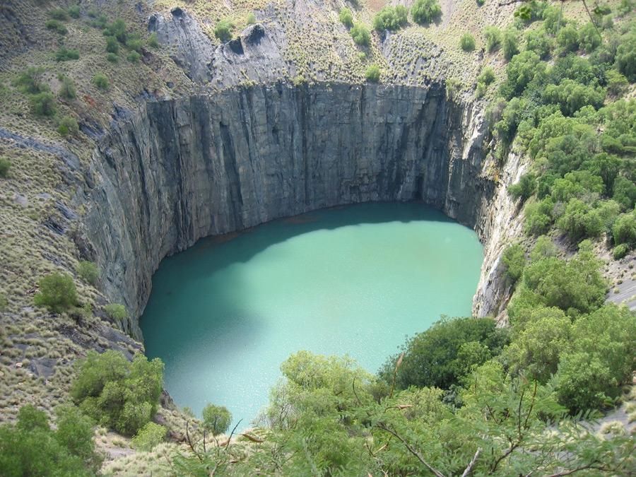 フリー写真 ダイヤモンド鉱山の露天掘り跡のビッグホール