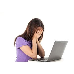 フリー写真, 人物, 女性, 外国人女性, 女性(00115), 家電機器, パソコン(PC), ノートパソコン, 泣く(泣き顔), 顔を覆う, 白背景