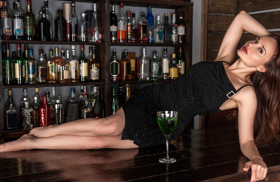 フリー写真 バーのカウンターに横たわるロシア人女性