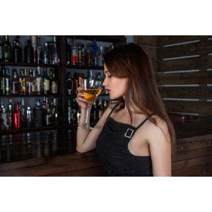 フリー写真, 人物, 女性, 外国人女性, 女性(00115), 酒場(バー), 飲食店, 飲み物(飲料), お酒, カクテル, 横顔