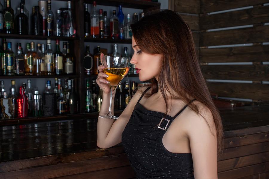フリー写真 バーでカクテルを飲むロシア人女性