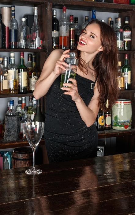 フリー写真 バーカウンターでシェーカーを振るロシア人女性