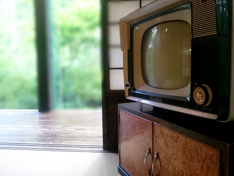 フリー写真 レトロなブラウン管テレビのある部屋の風景