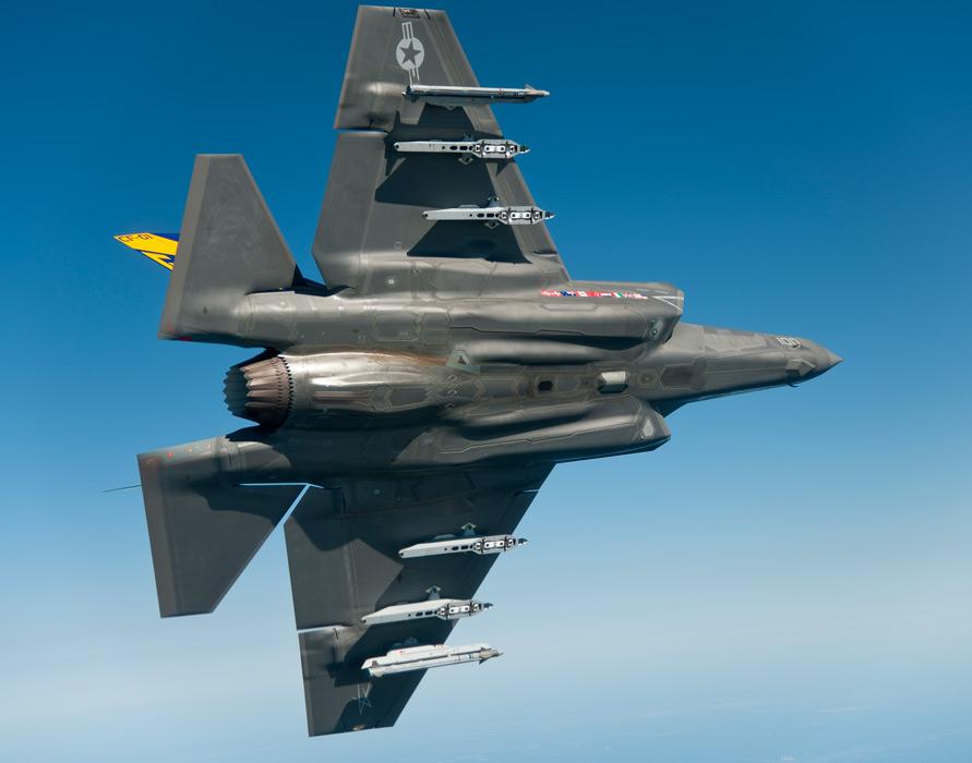 フリー写真 機体を横にしたF-35 ライトニング II