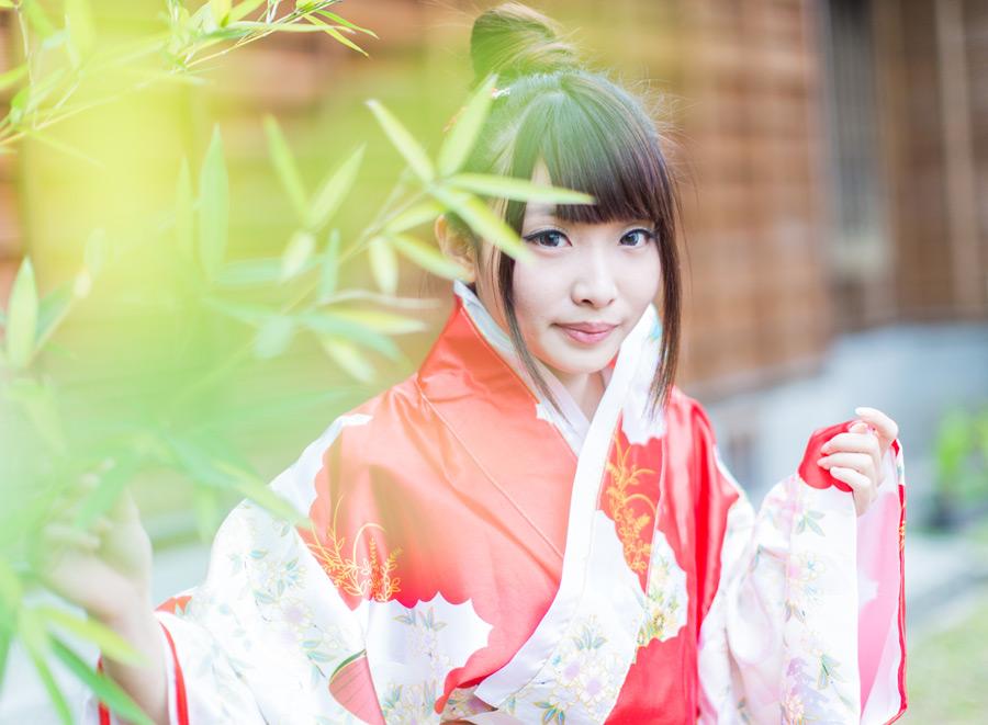 フリー写真 竹の枝葉と晴れ姿の女性ポートレイト