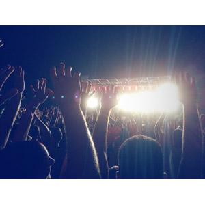 フリー写真, 人物, 人込み(人混み), 観客, 音楽, コンサート(ライブ), 手を上げる