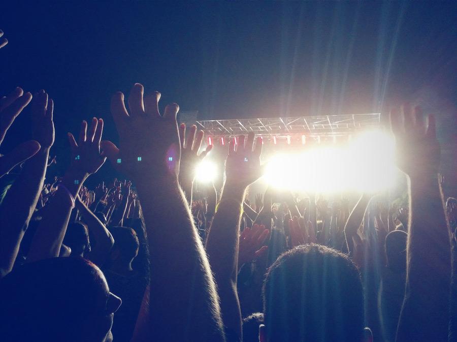 フリー写真 手を上げるコンサート会場の観客たち