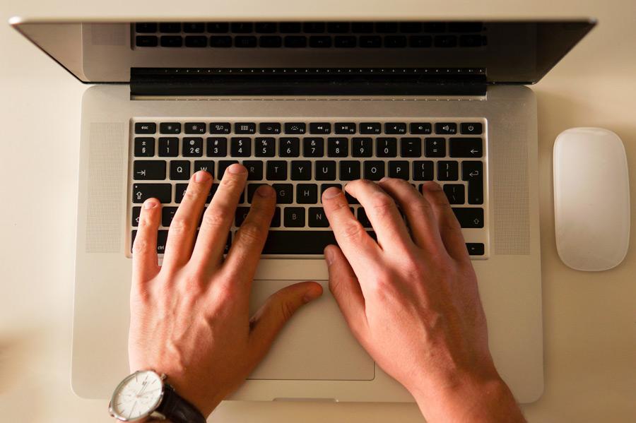 フリー写真 ノートパソコンと手