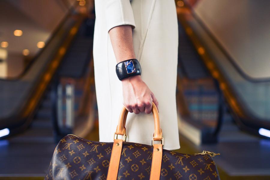 フリー写真 旅行鞄を持って旅行に出かける人物