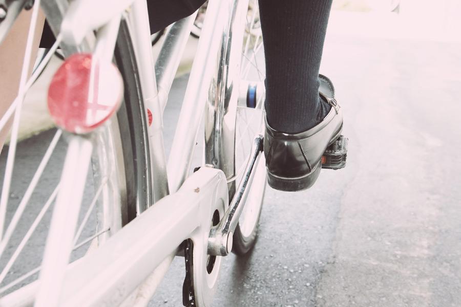 フリー写真 ペダルを漕ぐ女子高生の足