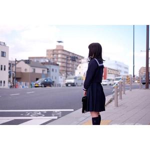 フリー写真, 人物, 少女, アジアの少女, 日本人, 少女(00048), 学生(生徒), 高校生, セーラー服(学生服), 学生服, 待つ, 横断歩道, 通学鞄