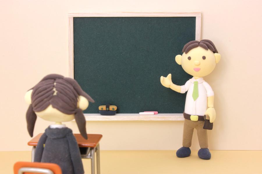 フリー写真 授業中の先生と生徒の人形