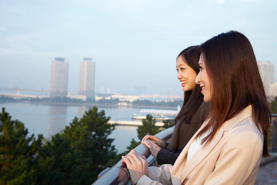 フリー写真 旅行中の二人の女性