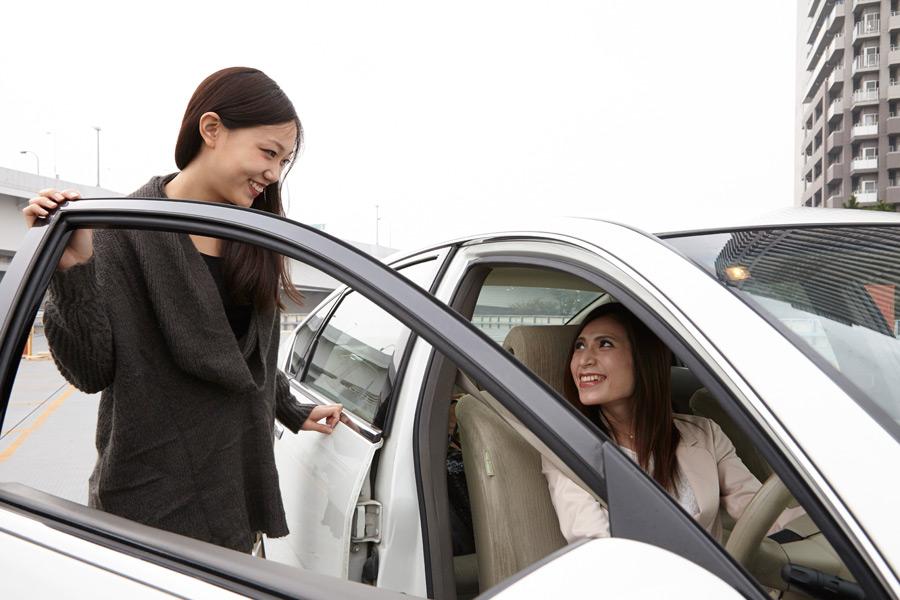 フリー写真 ドライブする二人の女性