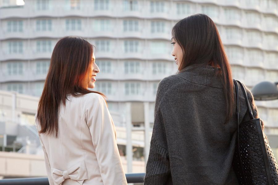 フリー写真 向かい合う二人旅の女性