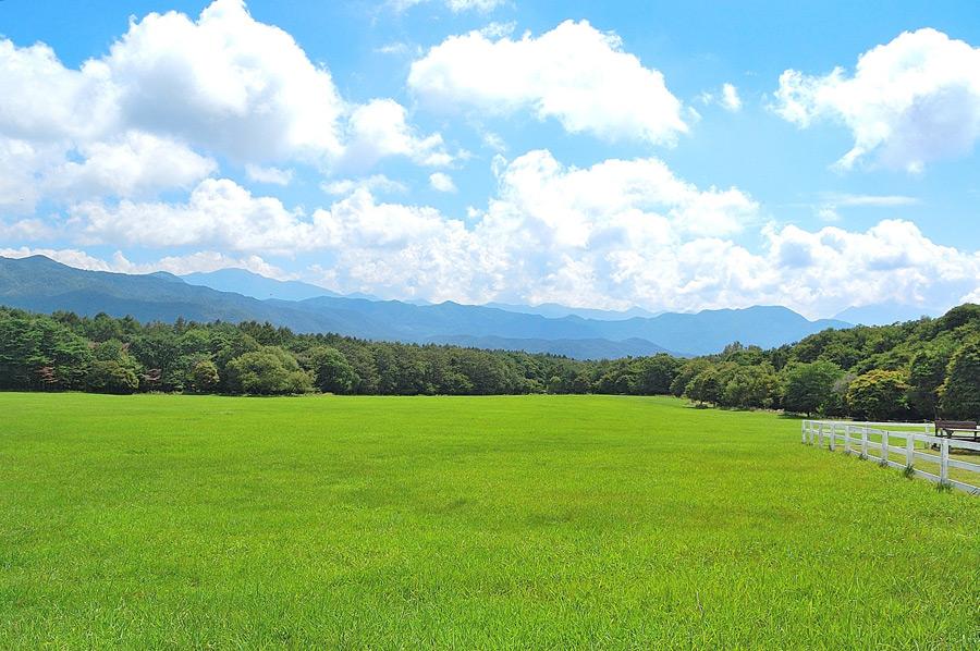 フリー写真 草原の広がる牧場の風景