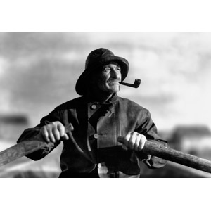 フリー写真, 人物, 老人, 祖父(おじいさん), パイプ(たばこ), 人と乗り物, 手漕ぎボート, モノクロ, 帽子
