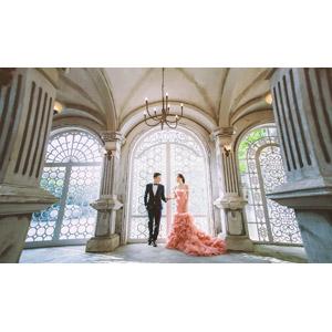 フリー写真, 人物, カップル, 花婿(新郎), 花嫁(新婦), 結婚式(ブライダル), 二人, タキシード, ウェディングドレス, 手をつなぐ, 人と風景
