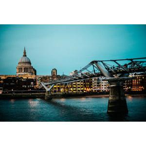 フリー写真, 風景, 建造物, 建築物, 橋, 河川, テムズ川, ロンドン・ミレニアム・フットブリッジ, 教会(聖堂), セント・ポール大聖堂, イギリスの風景, ロンドン, 日暮れ