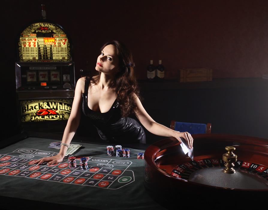 フリー写真 カジノのルーレット台とロシア人女性