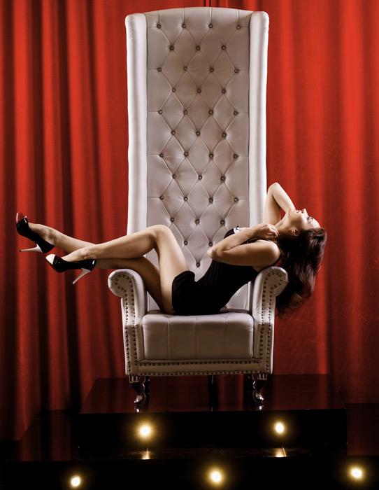 フリー写真 椅子の上で寝転ぶロシア人女性