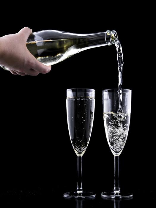 フリー写真 グラスに注ぐシャンパン