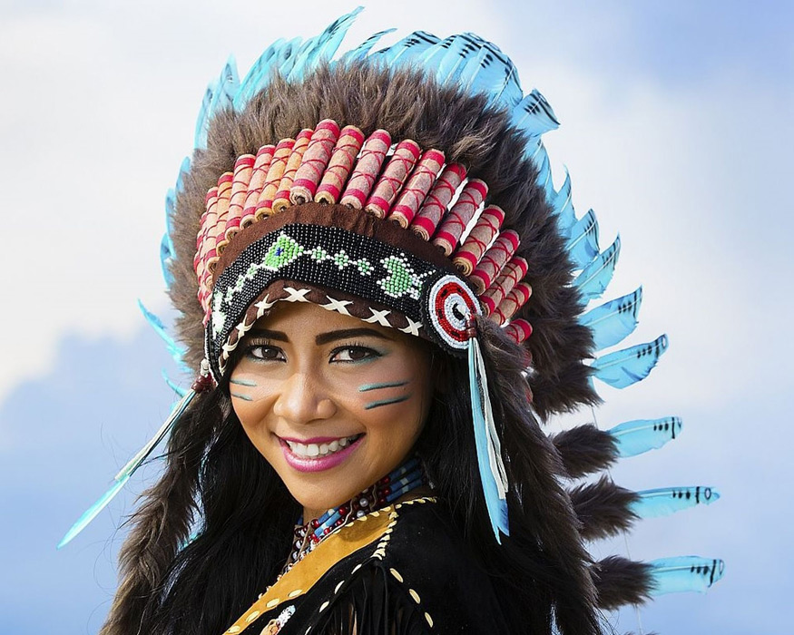 フリー写真 インディアンの羽根飾りをつけた女性