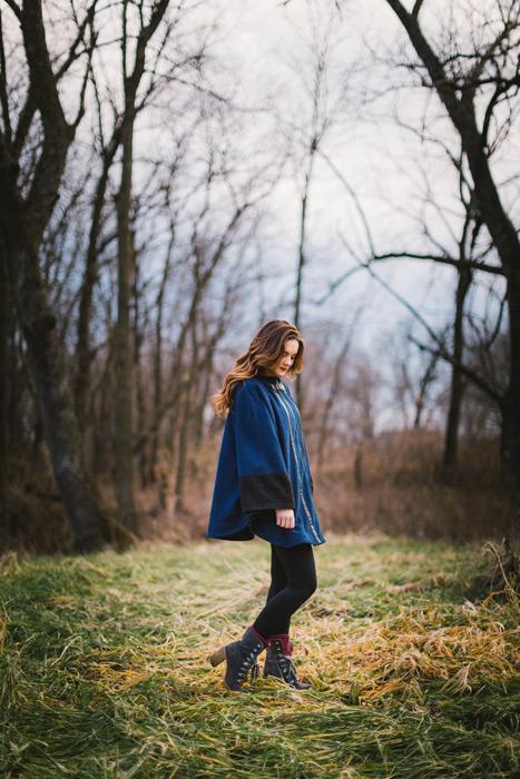 フリー写真 ポンチョを着て俯く外国人女性のポートレイト