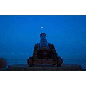 フリー写真, 風景, 日暮れ, 月, 兵器, 大砲, カノン砲, 青色(ブルー)