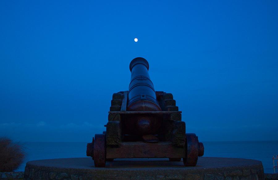 フリー写真 月と大砲の風景