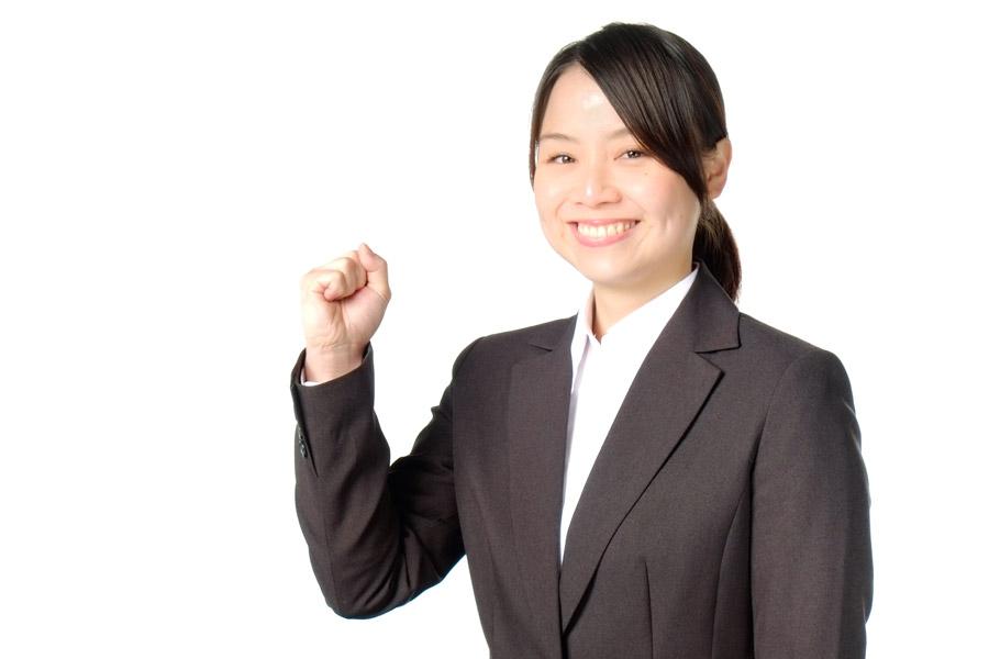 フリー写真 スーツ姿で頑張るポーズの新入社員の女性