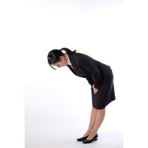 フリー写真, 人物, 女性, アジア人女性, 女性(00083), 日本人, ビジネス, 職業, 仕事, ビジネスウーマン, OL(オフィスレディ), レディーススーツ, 謝罪, 謝る(ゴメン), お辞儀, 頭を下げる, 挨拶, ポニーテール, 白背景