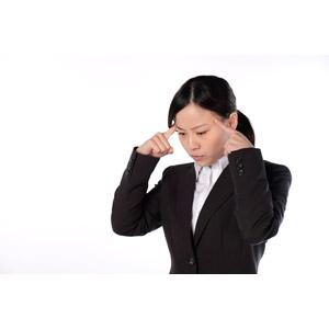 フリー写真, 人物, 女性, アジア人女性, 女性(00083), 日本人, ビジネス, 職業, 仕事, ビジネスウーマン, OL(オフィスレディ), レディーススーツ, こめかみに指を当てる, 考える, 悩む, 困る, 白背景, 焦る