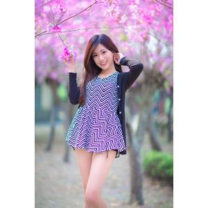 フリー写真, 人物, 女性, アジア人女性, 楚珊(00053), 中国人, 人と花, ピンク色の花, 花, 髪をかき上げる, チュニック, カーディガン