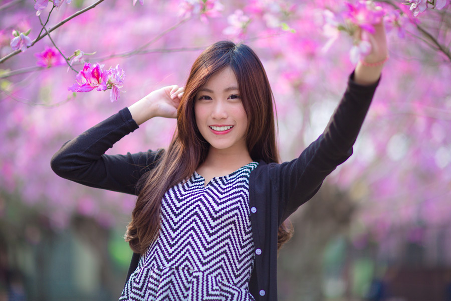 フリー写真 ピンク色の木花と女性ポートレイト
