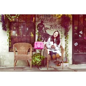 フリー写真, 人物, 女性, アジア人女性, 座る(椅子), 足を伸ばす, スマートフォン(スマホ), 鞄(カバン)