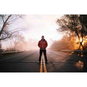 フリー写真, 人物, 男性, 外国人男性, 人と風景, 道路, 朝日, 霧(霞), ポケットに手を入れる