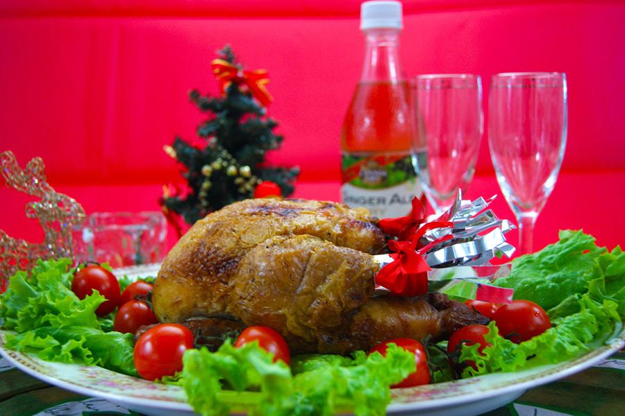 フリー写真 クリスマスディナーのローストチキン