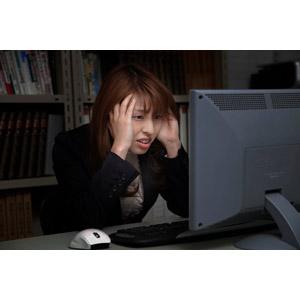 フリー写真, 人物, 女性, アジア人女性, 日本人, 女性(00023), ビジネス, 仕事, 職業, ビジネスウーマン, オフィス, デスクワーク, パソコン(PC), 頭を抱える, 困る, 失敗, 残業, 失望(絶望)