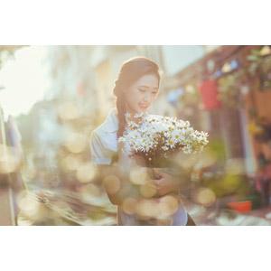 フリー写真, 人物, 少女, アジアの少女, 少女(00118), ベトナム人, 三つ編み, 人と花, 花束, 白色の花, 学生服, 学生(生徒), 玉ボケ