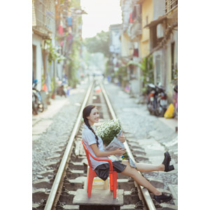 フリー写真, 人物, 少女, アジアの少女, 少女(00118), ベトナム人, 三つ編み, 人と花, 花束, 白色の花, 学生服, 学生(生徒), 人と風景, 線路(鉄道), 座る(椅子)