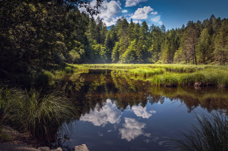 フリー写真 雲の映る湖の風景