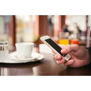フリー写真, 人体, 手, スマートフォン(スマホ), iPhone, アップル(Apple), 飲食店, 喫茶店(カフェ), コーヒーカップ