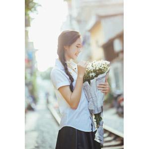 フリー写真, 人物, 少女, アジアの少女, 少女(00118), ベトナム人, 三つ編み, 人と花, 花束, 白色の花, 学生服, 学生(生徒), 横顔
