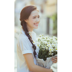 フリー写真, 人物, 少女, アジアの少女, 少女(00118), ベトナム人, 三つ編み, 人と花, 花束, 白色の花, 学生服, 学生(生徒), 笑う(笑顔)