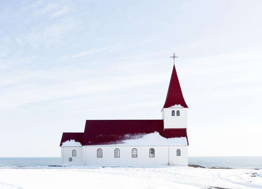 フリー写真 アイスランドの雪の残る教会の風景
