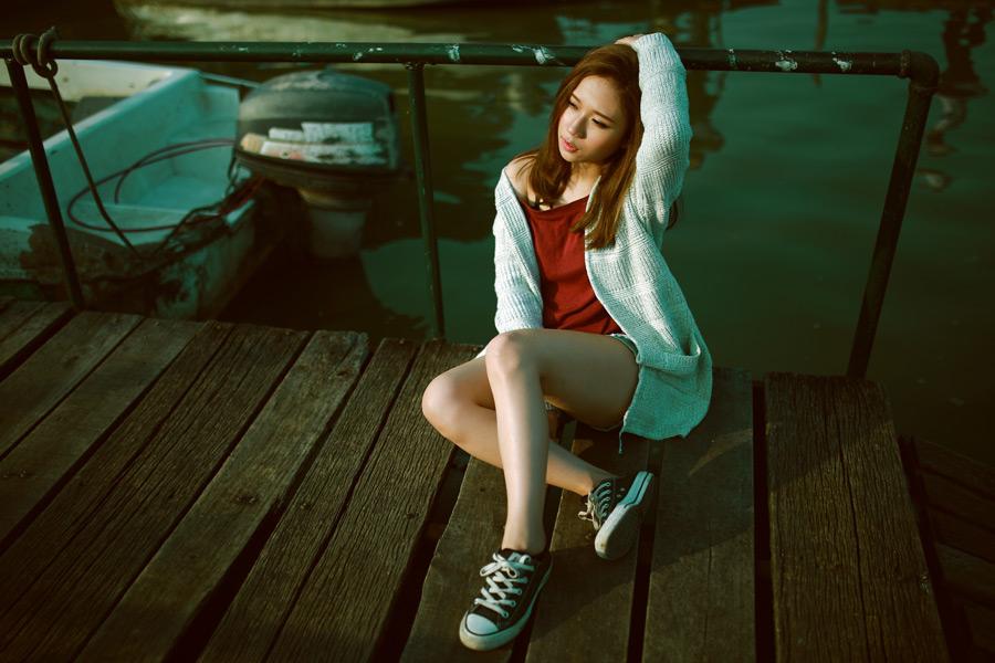 フリー写真 桟橋に座る女性のポートレイト