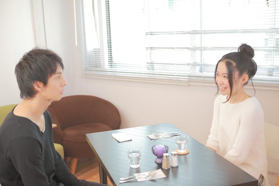 フリー写真 カフェでデートしているカップル