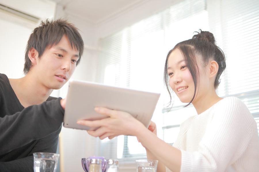 フリー写真 カフェでタブレットPCを利用するカップル