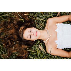 フリー写真, 人物, 女性, 外国人女性, アメリカ人, 目を閉じる, 仰向け, 寝転ぶ, 髪の毛